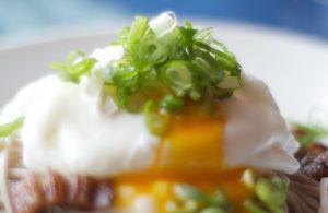 酢と塩を加えた熱湯にゆっく卵をおとす。中が半熟で蕎麦との絡みもいい。