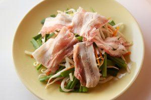 豚バラ肉を広げ、ラップをして電子レンジにかける。