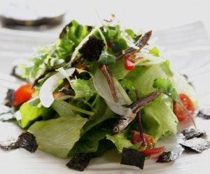 ドレッシングにも海苔を使うとたくさん食べれます。飾り用はパリッと、ドレッシングはとろっと二通りの食感を楽しんでくださいね。