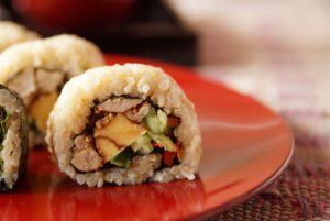 裏巻き寿司は海苔がしっかりと具を包んでくれるので、思いの外巻きやすいですよ。