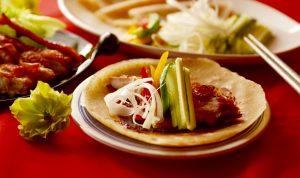春餅に甜麵醬を塗り、ちゃシュー鶏とお好みの野菜を巻いて食べてくださいね!