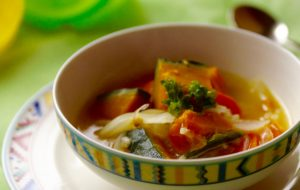 野菜は冷蔵庫にあるお好みの野菜で大丈夫。でも、かぼちゃは必須。優しい味に甘みがぴったりです!