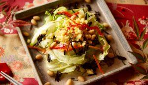 グリーンサラダのひじきと蒸し大豆をトッピング!