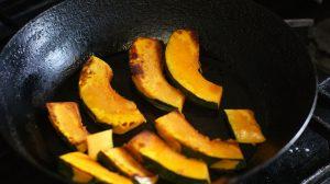 それぞれ野菜をさっと焼き付ける。