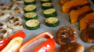 さっと表面に焼き色をつけた野菜をオーブンの天板に並べ、塩、こしょうして焼く。