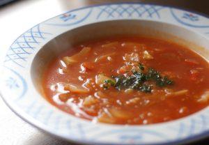 トマト色のスープ、パセリを散らしてクリスマスカラーに。
